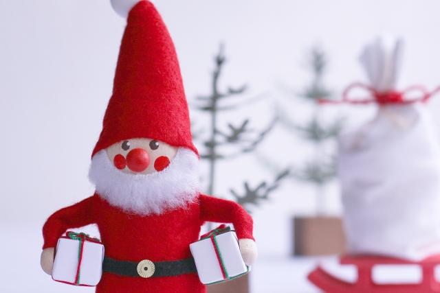 サンタクロースの衣装の色の由来!実は凄く地味な色だった!