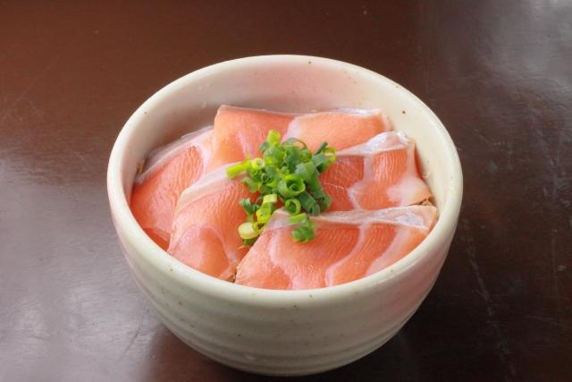 鮭の刺身に寄生虫!?症状と生で食べられる鮭の見分け方!