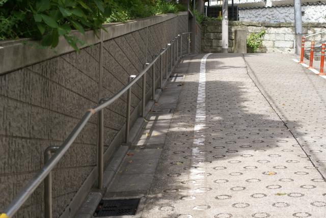 急な坂道の丸い溝の秘密!コンクリート舗装の理由を解説!
