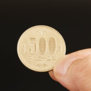 500円玉の重さは1枚何g?10万円は何kgなのか計算してみた!